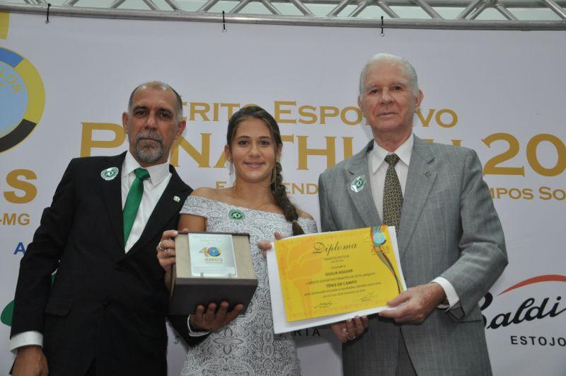Giulia Aguiar, uma das atletas da nova geração, recebe o Mérito do panathleta Murilo Pernisa: tênis de campo. Na faixa de atletas de 16 anos, está entre as 15 melhores do Brasil e 43 da América do Sul. Disputou oito finais – 4 finais sul-americanas, com um título de dupla. Superou a marca de 90 vitórias na carreira