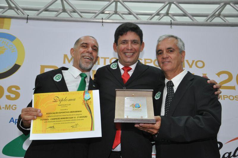 Mérito Esportivo Panathlon 2016 para Associação Esportiva Uberabinha - treinador Sérgio Dudu recebe do panathleta Eduardo Milione