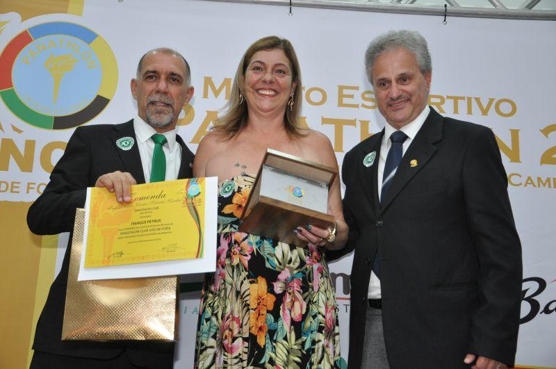 Thiagus Petrus foi representado pela mãe, que recebeu a Comenda pelo panathleta José Roberto Maranhas. Thiagus enviou um vídeo agradecendo a distinção