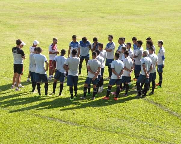 Com time, técnico e campo diferentes, Tupi quer mais alegria dos jogadores para reagir no Mineiro