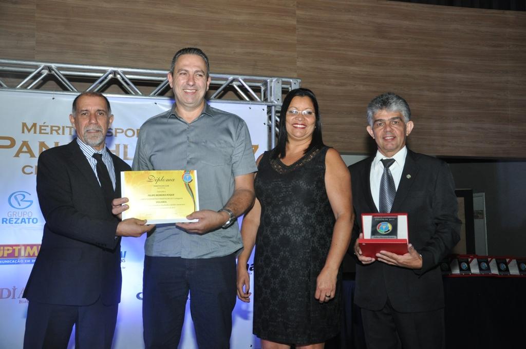 Cláudio Esteves, Edson e Beatriz, pais de Felipe Roque (Voleibol) e André Castro Luiz (Panathlon Club JF)