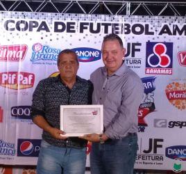 Paulo Durães, presidente da Liga de Futebol de Juiz de Fora, recebe homenagem de Otávio Galil. Entidade completa centenário de fundação