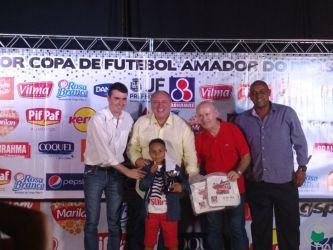 """""""Comendador"""" Carlos Eduardo de Resende, o Cadu, com apenas 7 anos, da EF Geração do Futuro, do bairro Barreira, o jogador mais novo"""