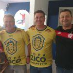 Vanda, emocionada, ao lado do ídolo Zico, do Diretor do Centro de Futebol Zico JF, Léo Beire, e de um dos 14 filhos de Vanda, Leonardo