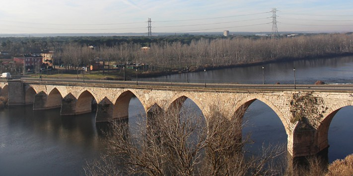 Concluyen las obras de sustitución de la red de abastecimiento sobre el puente medieval