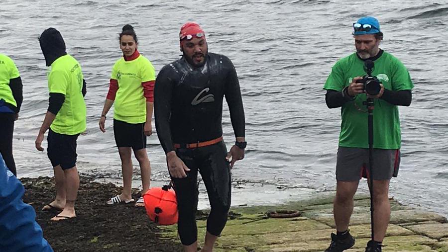 Carlos Pérez Campos completa 27 kilómetros a nado en la ría de Vigo
