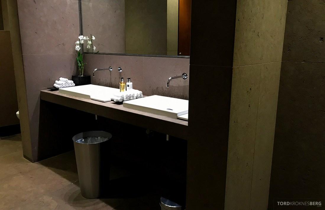 One World First Class Lounge Doha Qatar servant