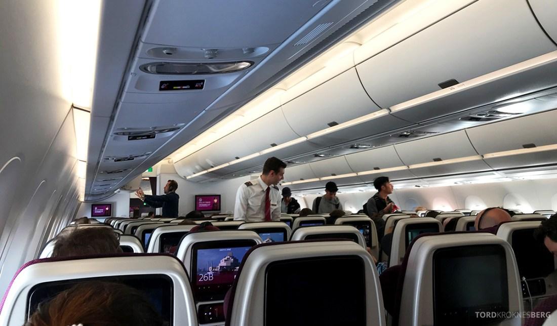 Qatar Airways Economy Class Oslo Doha utdeling våtserviett