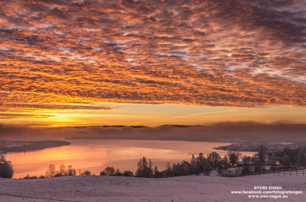 Morgenrøde skyer og rødt landskap med utsikt over Mjøsa