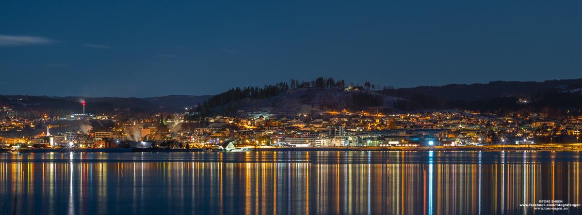Stitchet panorama av Gjøvik sett fra Mengshol på Ringsaker om natten
