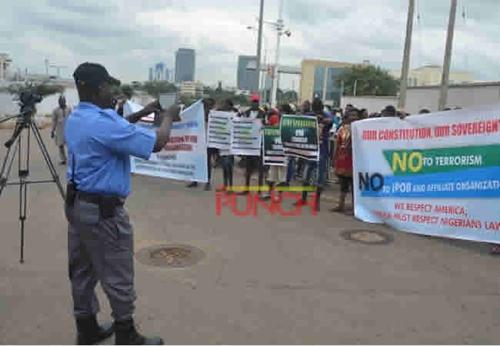 Anti IPOB 2 - Anti-IPOB Protesters Take Case To American Embassy (Photos)