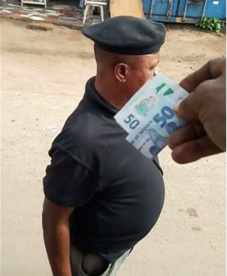 Officer Caught On Camera Taking Bribe In Abia Publicly (Pics)