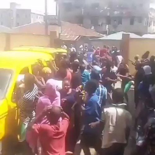 Hungry Lagosians stealing food from bus