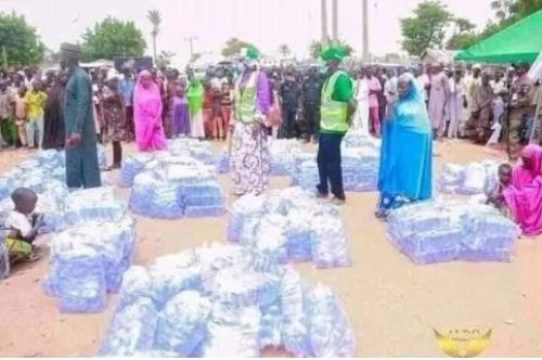 bauchifirstlady1 - Bauchi State First Girl Distributes Packs Of Sachet Water To Younger Girls (Pictures)