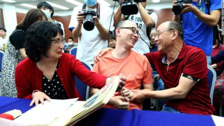 Man Reunites With His Parents 32 Years After He Was Kidnapped