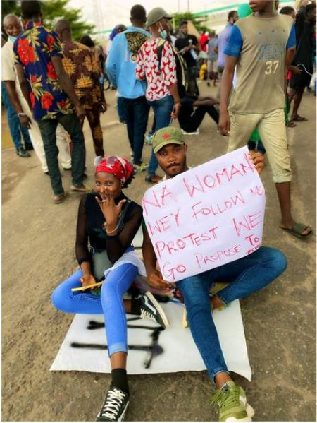 Love In The Air! Nigerian Man Proposes To His Girlfriend During #EndSARS Protest (Photos)