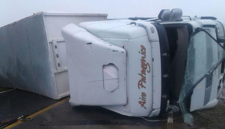 Ruta 51 –  Un camión volcó en el kilómetro 676