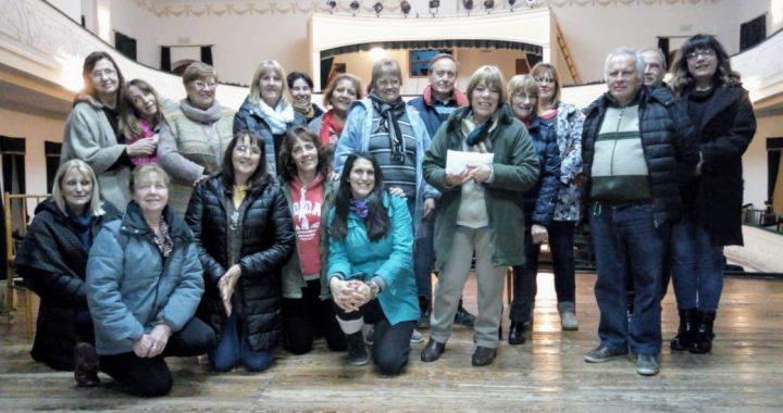 """Donación del grupo de teatro """"Los Rodolfo"""" al SUM del Barrio Sur"""