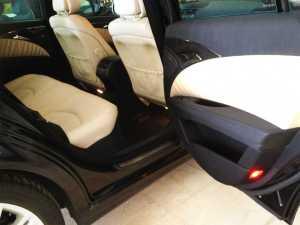 Fahrzeug mit Sicherheitsgurten ausgestattet