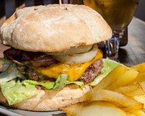 hamburguesa casera de picaña en T-Surf Tiki Bar