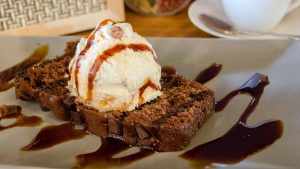 brownie con helado en T-Surf Tiki Bar