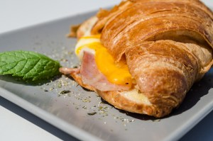 croissant con bacon y queso en T-Surf Tiki Bar