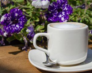 café con leche en T-Surf Tiki Bar
