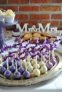 Rosen Ruffle Baumstamm Hochzeitstorte mit Lila Pailletten Candy Table Cake Pops
