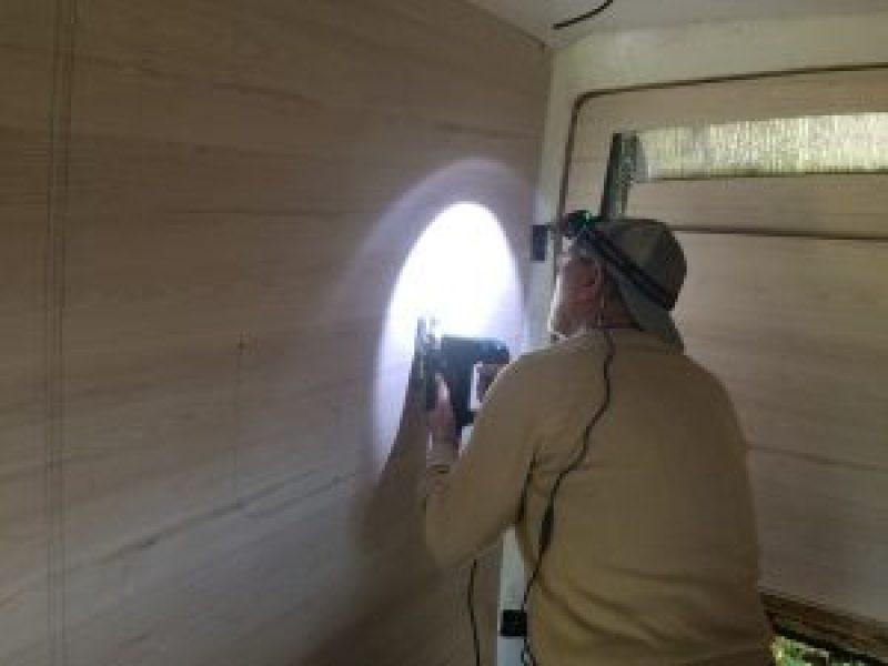 cortando o lado internos para instalar as janelas