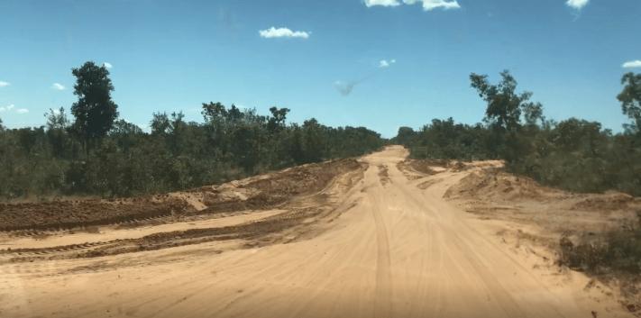 Vista da estrada com areia solta