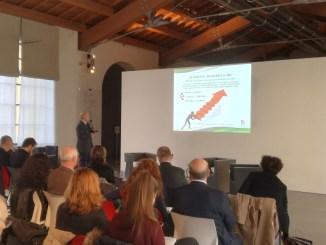 Un momento della presentazione di Alberto Peruzzini al Museo del Tessuto di Prato.
