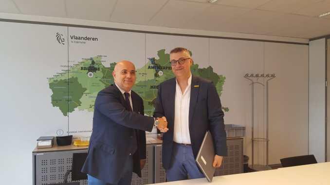 Il direttore di Toscana Promozione Turistica, Alberto Peruzzini, e il CEO di Toerisme Vlaanderen, Peter De Wilde, si stringono la mano dopo la firma del Memorandum