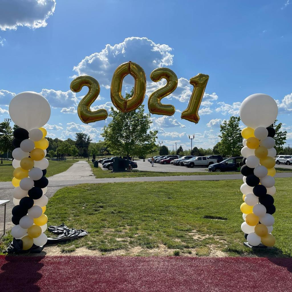 End of the school year means celebrating the HS Seniors!  #classof2021 #balloonsnearme #southbrunswickballoons #eastbrunswickballoons #graduationballoons #balloonsbytotalparty #professionalballoons