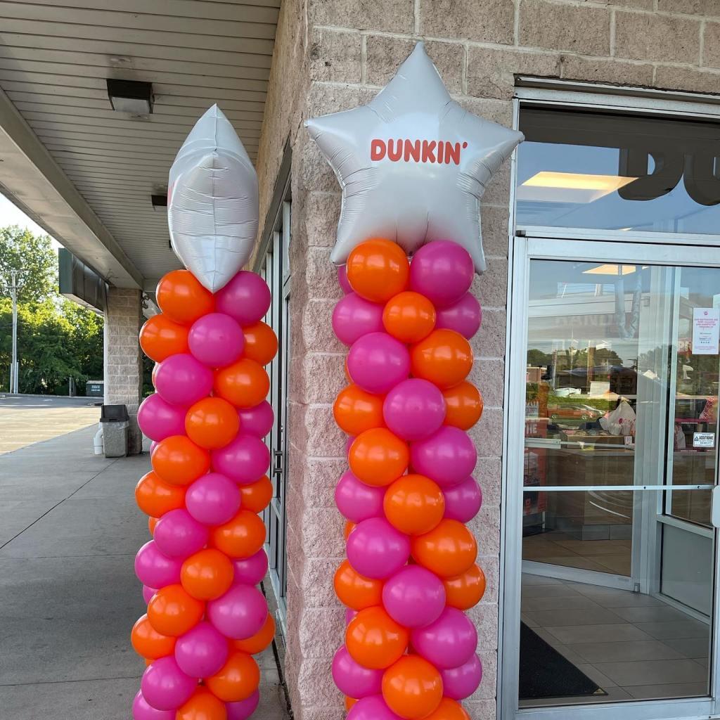 Beautiful day for a #grandopening #dunkin #dunkinballoons #corporateevents #orangeandfuchsia #balloonsnearme #balloonsbytotalparty  #branchburgballoons