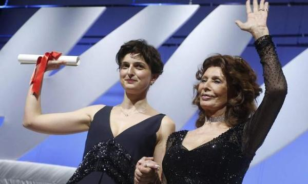 Alice Rohrwacher v Cannes se Sophií Loren