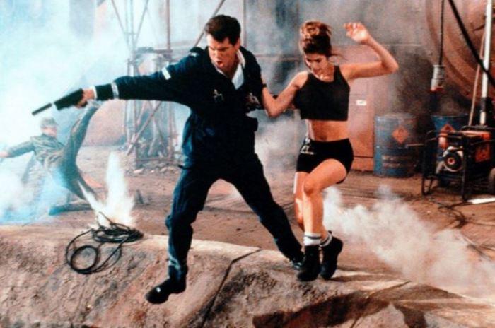 Pierce Brosnan a Denise Richards v Jeden svět nestačí (1999)