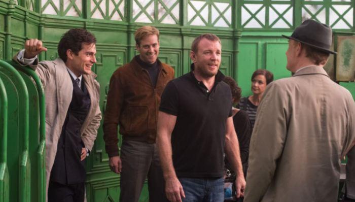 Režisér Guy Ritchie s Henrym Cavillem (vlevo) a Armiem Hammerem na place