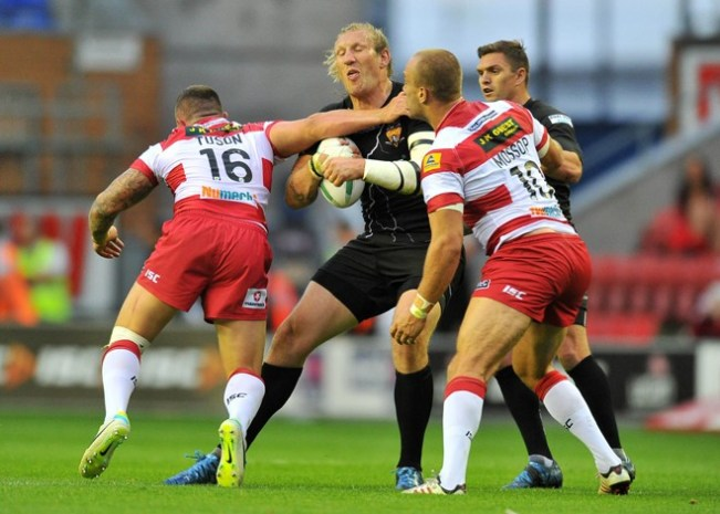 Eorl Crabtree runs the ball in against Wigan at the DW Stadium in 2013. ©RLPhotos