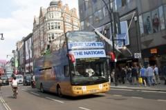 Autobuzul Laudei croindu-şi drum pe Strada Oxford