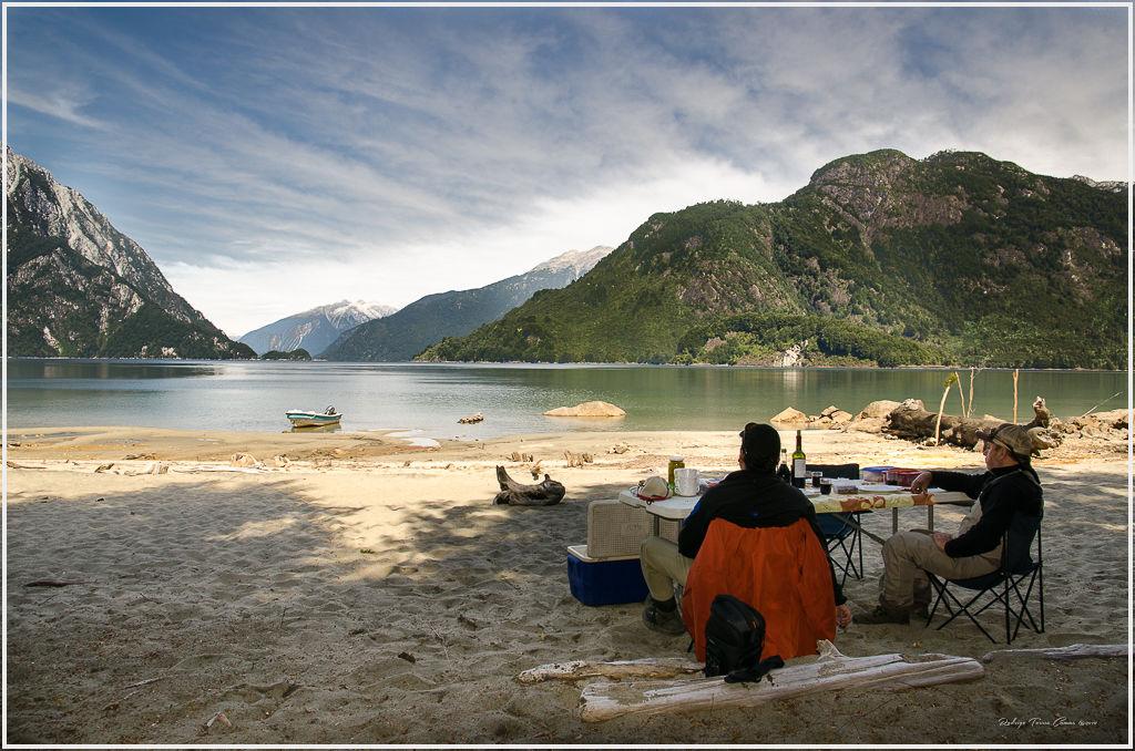 """Todos los días en la Patagonia son diferentes. Lo que no cambia jamás es su magia y profundidad. En """"Hotel and Lodge Patagonia en el Yelcho"""" saben como darte una buena pesca, pero por sobre todo, saben como hacerte sentirte en casa, o en el Paraíso........todo depende de lo que busques en las aguas de Patagonia.!! by Ricardo Ordoñez Diaz"""