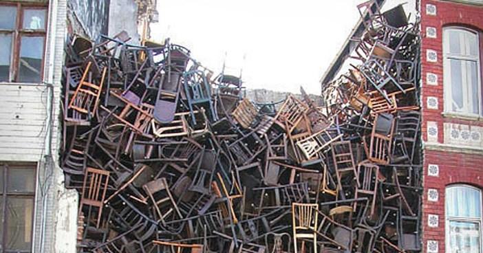 Doris Salcedo, Untitled, 2003. Intervenção onde 1550 cadeiras foram lançadas entre dois edifícios, para a Bienal de Istambul