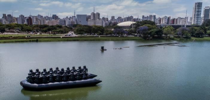 """Obra do artista chinês Ai Weiwei é vista no lago do Parque Ibirapuera; a obra chamada """"Law of the Journey"""" (Lei da Jornada) é a representação de um barco de refugiados"""