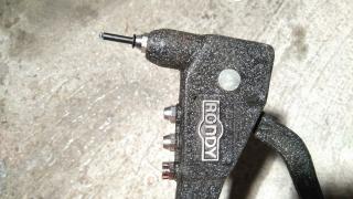 poser une plaque d'immatriculation moto soi-même - la pince à rivets