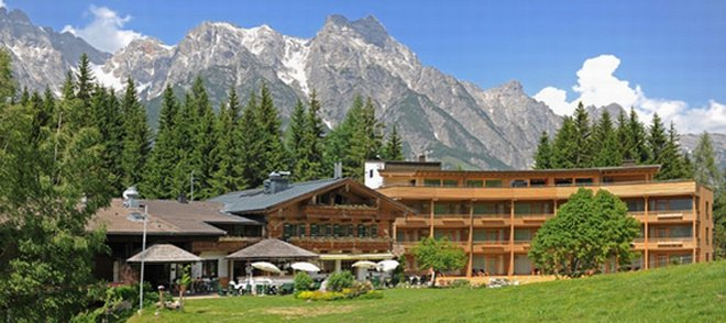 Holzhotel Forsthofalm mit Bergpanorama
