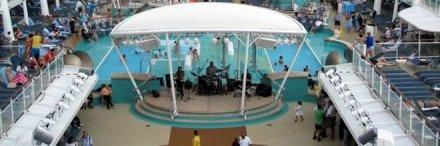 Musikbühne am Pool