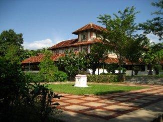 Blick vom Palasgarten auf das Hauptgebäude des Kalari Kovilakom