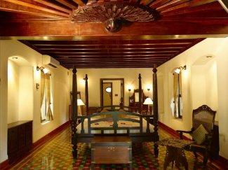Die Zimmer im Kalari Kovilakom sind ausgestattet mit edlen antiken Holzmöbeln