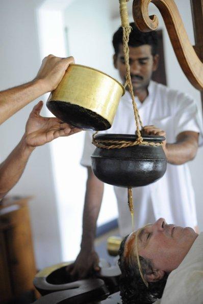Michael Schanze entspannt beim ayurvedischen Stirnölguss Shirodhara