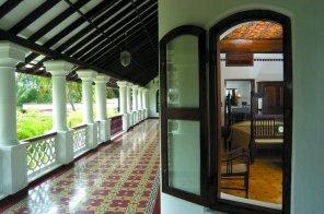 Offene Veranda mit Zugang zu den Zimmern