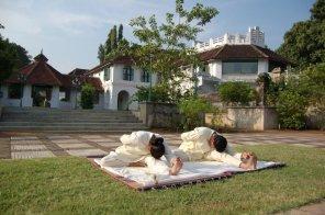 Während der täglichen Yogaübungen im Kalari Kovilakom schaffen es irgendwann fast alle, den Kopf auf die Knie zu legen Bildnachweis Kalari Kovilakom